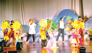 Đội thông tin - tuyên truyền lưu động huyện Lạc Thủy thường xuyên biểu diễn phục vụ nhu cầu thưởng thức văn hóa của nhân dân.
