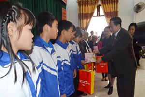 Lãnh đạo Trung ương MTTQ Việt Nam thăm và tặng quà Trung tâm công tác xã hội tỉnh