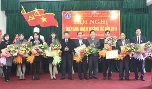 """Đồng chí Bùi Văn Cửu, Phó Chủ tịch UBND tỉnh và lãnh đạo BHXHVN trao kỷ niệm chương """" Vì sự nghiệp bảo hiểm"""" cho các cá nhân trong và ngoài ngành."""