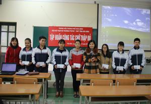 Lãnh đạo Hội Chữ thập đỏ thành phố Hòa Bình trao thưởng cho các em học sinh là hội viên có thành tích trong phong trào của CTĐ.