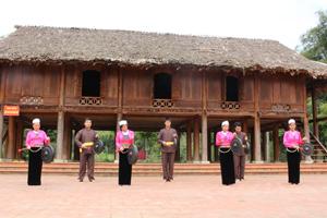 Người dân xóm ải, xã Phong Phú (Tân Lạc) thường xuyên quan tâm giữ gìn bản sắc văn hóa dân tộc trong đời sống sinh hoạt hàng ngày.