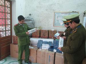 Đoàn kiểm tra BCĐ 389/ĐP huyện Lương Sơn kiểm tra số hàng vi phạm thuộc danh mục hàng cấm, hàng nhập lâu.