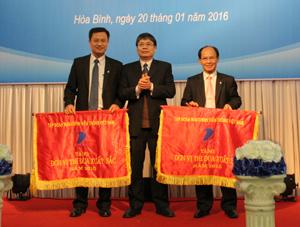 Lãnh đạo Tập đoàn Bưu chính Viễn thông Việt Nam đã tặng cờ thi đua cho VNPT Hòa Bình và Trung tâm Kinh doanh VNPT- Hòa Bình vì đã có thành tích hoàn thành xuất sắc nhiệm vụ công tác năm. 2015
