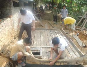 Cán bộ kỹ thuật hướng dẫn người dân thực hành xây hầm Biogas đảm bảo đúng quy trình kỹ thuật.