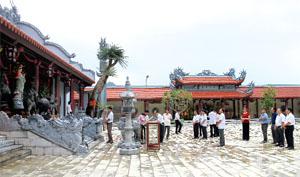 Đền Bồng Lai, thị trấn Cao Phong (Cao Phong) thu hút đông đảo du khách đến tham quan, hành lễ. ảnh: t.h