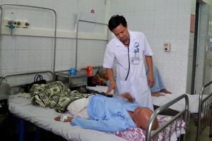 Bác sỹ Trương Như Hiển, Trưởng Khoa phẫu thuật thần kinh, ung bướu (Bệnh viện Đa khoa tỉnh) thăm khám cho bệnh nhân.