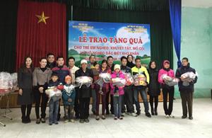 Lãnh đạo UBND huyện Lương Sơn và nhà tài trợ trao quà gia đình có hoàn cảnh đặc biệt khó khăn.