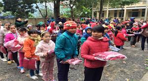 Các em học sinh được nhận quà từ đoàn tình nguyện.