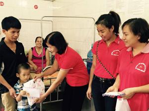 Hội CTĐ thành phố Hòa Bình tặng quà cho trẻ em có hoàn cảnh khó khăn tại Bệnh viện Đa khoa tỉnh.  .
