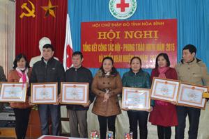 Thừa ủy quyền, lãnh đạo Hội CTĐ tỉnh trao bằng khen cho các tập thể có thành tích xuất sắc trong phong trào hiến máu tình nguyện năm 2015.