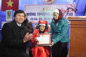 Thừa ủy quyền của Chủ tịch nước đồng chí Trần Đăng Ninh, Phó Bí thư Thường trực Tỉnh ủy trao thiệp và quà cho cụ Bùi Thị Pềnh