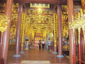 Đền Bồng Lai được trang hoàng lộng lẫy từng chi tiết.