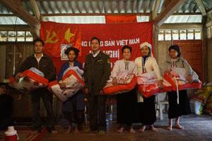 Lãnh đạo khu bảo tồn thiên nhiên Pu Canh trao quà cho các hộ nghèo.