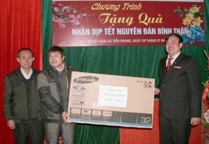 Lãnh đạo Agribank Hòa Bình tặng tivi cho đại diện nhà văn hóa xóm Điêng, xã Tiền Phong.