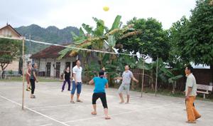 Phong trào thể dục, thể thao trong xã thu hút mọi lứa tuổi tham gia, rèn luyện sức khoẻ. Trong ảnh: Người dân thôn Hợp Thung, xã Long Sơn (Lương Sơn) sôi nổi tham gia đánh bóng chuyền.