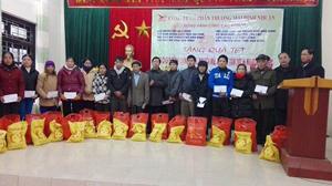 Công ty CPTM Đinh Nhuận trao quà Tết cho hộ nghèo, gia đình chính sách huyện Kim Bôi.