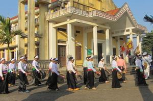 Giáo dân Giáo xứ Khoan Dụ (Lạc Thủy) biểu diễn cồng chiêng  trong dịp lễ trọng của Giáo xứ.