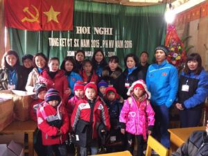 Đội tình nguyện viên CTĐ thành phố Hoà Bình trao quà cho trẻ em thôn Khú, xã Thuợng Tiến (Kim Bôi).