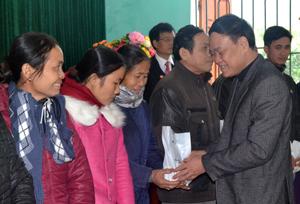 Lãnh đạo Ủy ban MTTQ tỉnh trao điện thoại di động cho hộ nghèo, gia đình chính sách xã Thung Nai, Cao Phong.