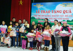 """Quỹ """"Đứa bé"""" của nghệ sỹ Minh Khang- Thúy Hạnh và bạn bè tặng 70 suất quà, trị giá 100 triệu đồng cho trẻ em nghèo, khuyết tật, mồ côi hộ có hoàn cảnh khó khăn tại huyện Lương Sơn."""