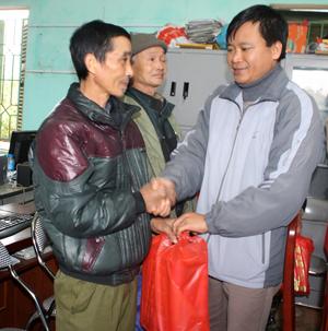 Lãnh đạo Trung tâm Giống vật nuôi và thuỷ sản trao quà tết cho đối tượng chính sách xã Hữu Lợi (Yên Thuỷ).