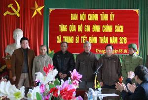 Lãnh đạo Ban Nội chính Tỉnh uỷ tặng quà tết cho các hộ gia đình chính sách xã Trung Bì (Kim Bôi.