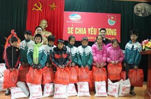 Đại diện lãnh đạo 2 đơn vị trao quà cho học sinh có hoàn cảnh khó khăn xã Yên Lập, Yên Thượng.