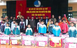 Các em học sinh nghèo vượt khó nhận chăn ấm tại chương trình.