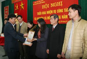 Lãnh đạo Sở TN&MT tỉnh trao tặng giấy khen cho những tập thể lao động tiên tiến năm 2015.