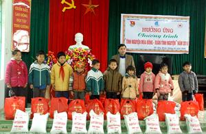 Các em học sinh nghèo vượt khó nhận quà Tết từ chương trình.