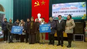 Đại diện các đơn vị, tổ chức trao quà cho nhân dân xã Yên Trị.