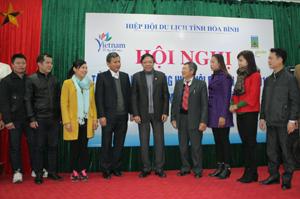 Lãnh đạo Hiệp hội Du lịch tỉnh trao đổi với các hội viên về triển khai nhiêm vụ công tác năm 2016.
