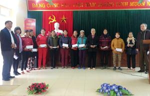 Đồng chí Đinh Quốc Liêm, UVTV, Trưởng Ban Nội chính Tỉnh ủy (bên phải) cùng lãnh đạo Ngân hàng Đầu tư và Phát triển (BIDV) chi nhánh Hòa Bình trao quà tết cho các hộ gia đình có hoàn cảnh khó khăn xã Mông Hóa (Kì Sơn).