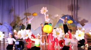 """Tiết mục múa """"Hương sắc Mường Thàng"""" của đoàn nghệ thuật quần chúng huyện Cao Phong tại Liên hoan NTQC tỉnh năm 2015."""