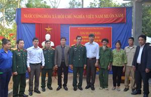 Đại diện lãnh đạo Bộ CHQS tỉnh và cấp uỷ chính quyền địa phương bàn giao nhà tình nghĩa cho gia đình công Bùi Văn Lào