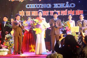 BTC trao giải hoa khôi cho thí sinh Nguyễn Hàm Hương (THPT Công Nghiệp).
