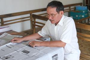 Điểm Bưu điện văn hoá xã Liên Sơn (Lương Sơn) đảm bảo các dịch vụ bưu chính viễn thông phổ cập, 100% thôn có đường truyền internet. ảnh: Người dân trong xã đến đọc báo tại điểm Bưu điện văn hoá xã.