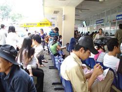 Trong những ngày qua, do thời tiết diễn biến phức tạp, số lượng bệnh nhi được gia đình đưa đến khám tại Bệnh viện Nhi Đồng 2