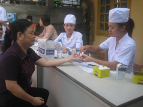 Bệnh viện Nội tiết tỉnh tổ chức khám và tư vấn miễn phí cho bệnh nhân đái tháo đường.