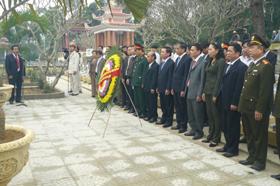 Đoàn đại biểu của tỉnh dâng hương tại khu vực phần mộ liệt sỹ tỉnh Hòa Bình tại Nghĩa trang Trường Sơn.