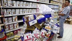 Hàng loạt sản phẩm sữa bột trẻ em nhiễm bẩn bị thu hồi tại Trung Quốc trong vụ bê bối năm 2008