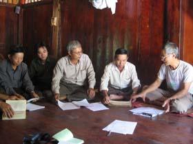 Cán bộ xã Trung Thành, huyện Đà Bắc cùng nhau trao đổi về giá trị nhân văn thể hiện trong các tác phẩm văn hoá dân tộc Tày.