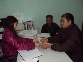 Đại diện đại lý chi trả đến giao dịch tại BHXH Đà Bắc.