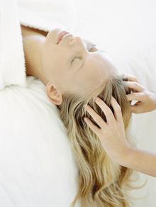 Masage da đầu để kích thích sự mọc tóc.