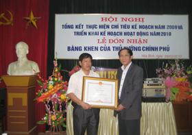 Lãnh đạo Bệnh viện Nội tiết tỉnh đón nhận Bằng khen của Thủ tướng Chính phủ.