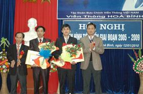 Lãnh đạo Viễn thông Hoà Bình trao giấy khen cho các tập thể, các nhân có thành tích xuất sắc trong phong trào thi đua giai đoạn 2005 - 2009.