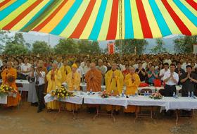 Hòa Bình Phật Quang tự được khởi công trước sự chứng kiến của hàng ngàn tăng ni phật tử và du khách thập phương.