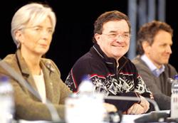 Bộ trưởng Tài chính Canada Jim Flaherty (giữa) tại hội nghị ở Iqaluit