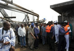 Nhân viên an nin kiểm tra đường ống dẫn dầu bị phá huỷ tại châu thổ Niger