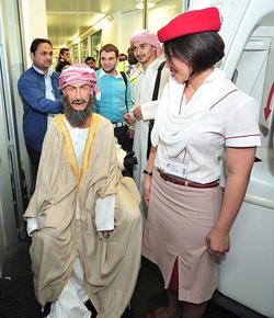Ibn Sina nói chuyện với nhân viên sân bay khi làm thủ tục